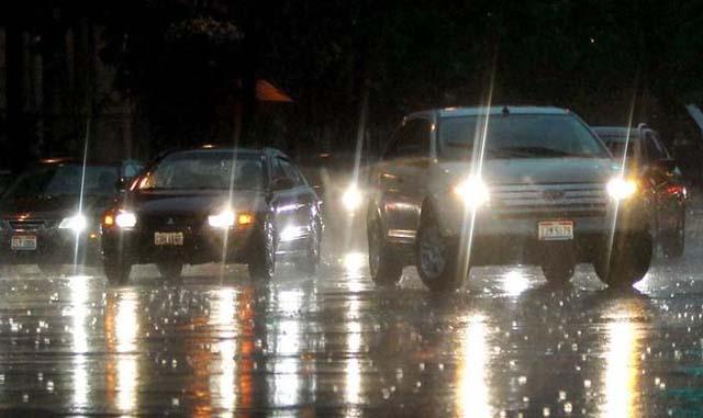 hati-hati mengemudi saat musim hujan