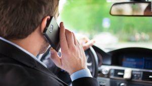 Jangan menggunakan telepon genggam saat mengendarai mobil.Foto/Carmudi Indonesia
