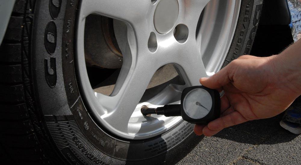 Mengecek tekanan didalam ban mobil.Foto/Google