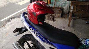 Letakan helm pada jok motor.Foto/Carmudi Indonesia/Ben