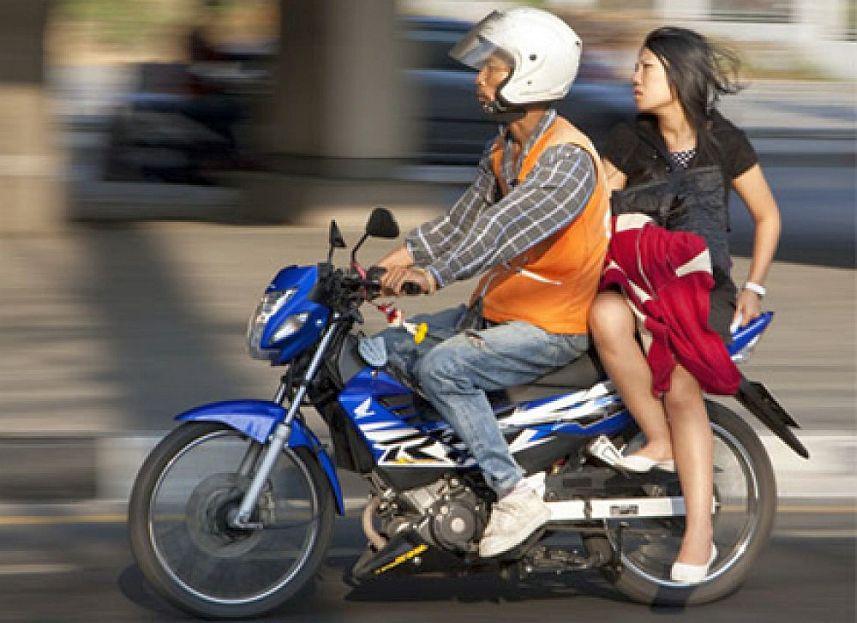 Begini Cara Aman dan Nyaman Berboncengan Naik Motor
