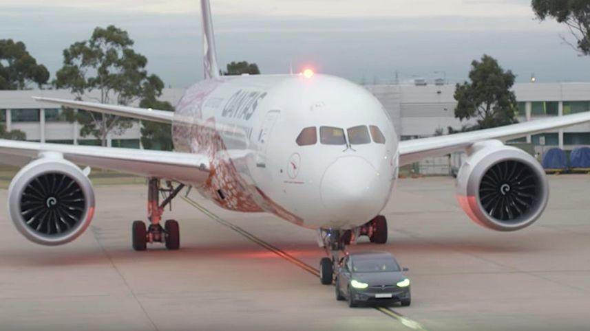 tesla tarik pesawat