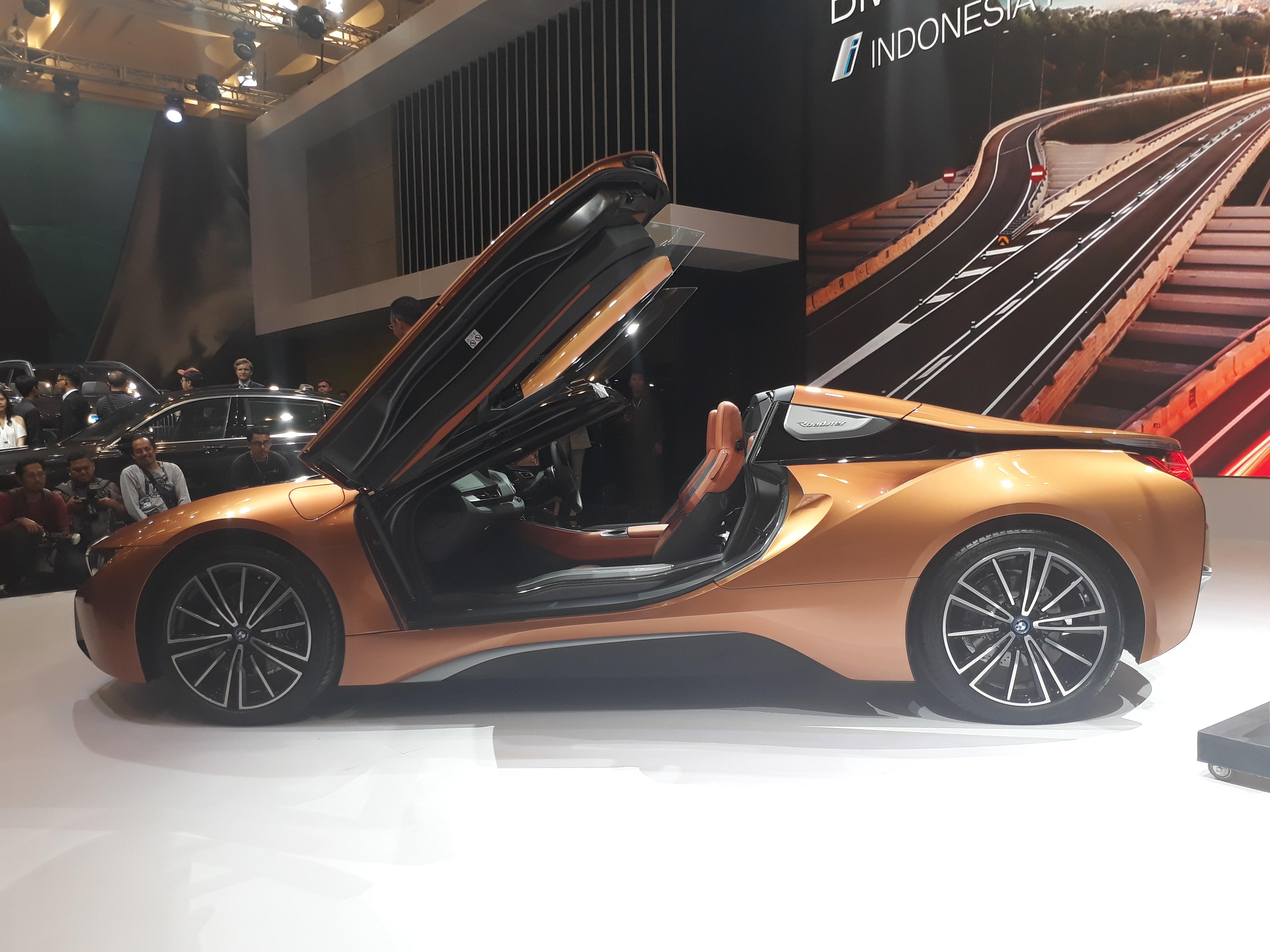 BMW i8 Roadster samping