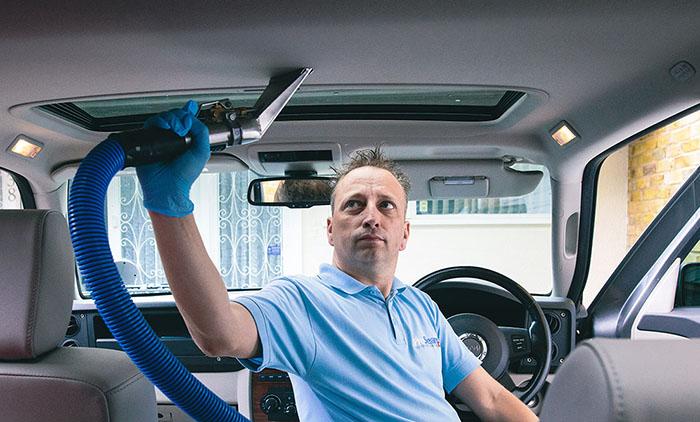 Lakukan persiapan membersihkan kabin mobil sangat dianjurkan saat fase new normal pasca pandemi sebelum dan sesudah berkendara. (Google)