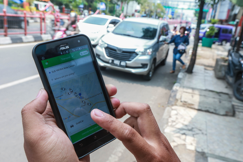 Memakai aplikasi transportasi online