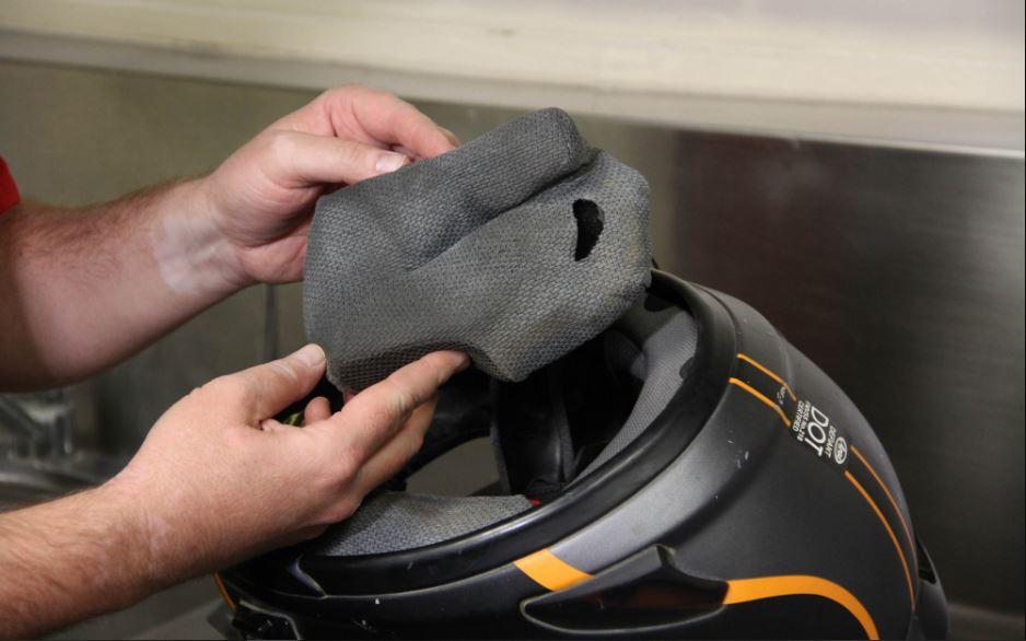 Aturan Penting Mencuci Busa Helm Sepeda Motor