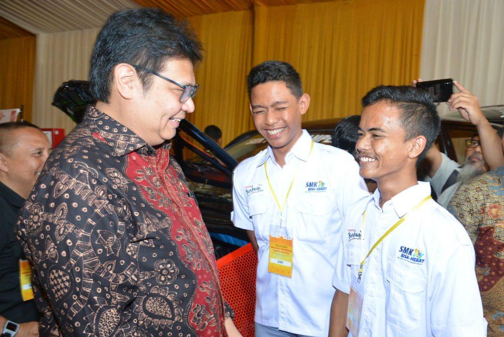 Menteri Perindustrian Airlangga Hartarto berbincang dengan perwakilan para guru Sekolah Menengah Kejuruan (SMK) pada acara peluncuran Program Vokasi Pendidikan Industri Kemenperin