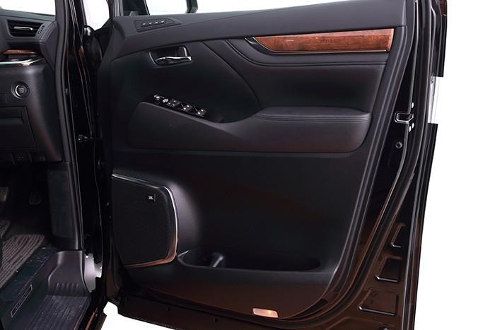 Tampilan Pintu Toyota Alphard Baru dijual di Carmudi Indonesia