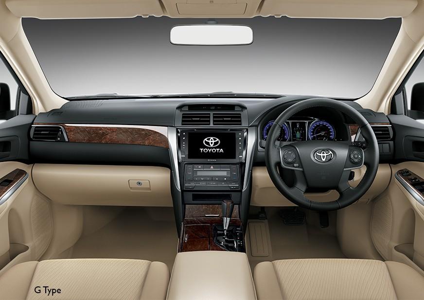 Tampilan kursi pengemudi dan penumpang Toyota Camry baru